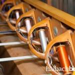 halbachblog: Garnspulen im Schiffchen, eingesetzt als Schussfaden in historischem Bandstuhl