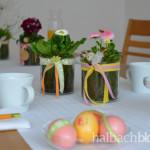 halbachblog: bunte Tischdeko zu Ostern mit Bändern, Accessoires und Pflanzen