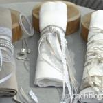 halbachblog: Ideen für Serviettenschmuck zur Hochzeit mit Bändern, Spitze, Perlenringen, Dekonadeln und Strass