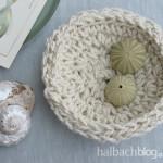 DIY-Idee halbachblog: Korb aus Jutekordel häkeln, mit Muscheln dekorieren