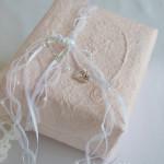 halbachblg: Geschenke verpacken mit Bändern und angeknoteten Strassherzen