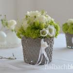 halbachblog: Geschenkidee zum Muttertag - Blumen in Gefäß aus gehärteter Spitze mit Bändern, Perlen und Strass