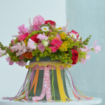 DIY-Idee halbachblog: Banderole für Vase mit angenähten Bändern, bunter Sommerstrauß
