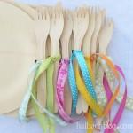 DIY-Idee halbachblog: Partydeko - Einmalholzbesteck mit bunten Bändern an Holzteller binden