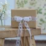 halbachblog: Geschenke verpacken mit Schleife aus romantischer Spitze und Satinband