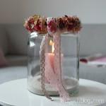 halbachblog: herbstlich geschmücktes Windlicht mit Kranz aus Hagebutten, Hortensien und Clematis mit Spitze