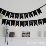 DIy-Idee halbachblog: Wimpelkette nähen mit Tafelstoff, Schriftzug 'Happy Birthday' mit weißer Kreide