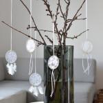 DIY-Tutorial halbachblog: Mini-Traumfänger aus Spitze, Bändern, Holzperlen und Federn in Natur-Weiß
