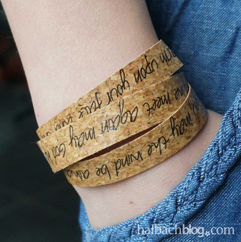 Fototransfer auf Kork: Armband mit Schriftzug