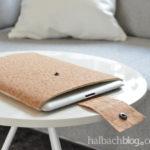DIY-Tutorial halbachblog: Korkstoff-Tablet-Hülle nähen mit Laschenverschluss und Druckknopf