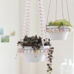 DIY-Idee halbachblog: Blumenampeln aus Holzperlen und Bändern in Natur, Weiß und Rosa