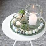 DIY-Idee halbachblog: Dekokranz aus einfarbigen und zweifarbigen Holzperlen in Mint, Hellblau, Grau, Natur und Weiß