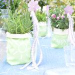 DIY-Idee halbachblog: Sommertischdeko mit Tafelstoff-Gefäßen, Sommerpflanzen, Bändern und Filzsteckern