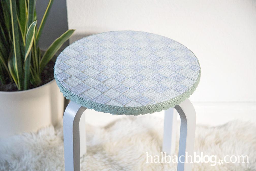 Hocker mit gewebter Sitzfläche in Fliesenoptik