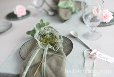 Floral geschmückt: Gitterband-Blüten für den (Fest-) Tisch