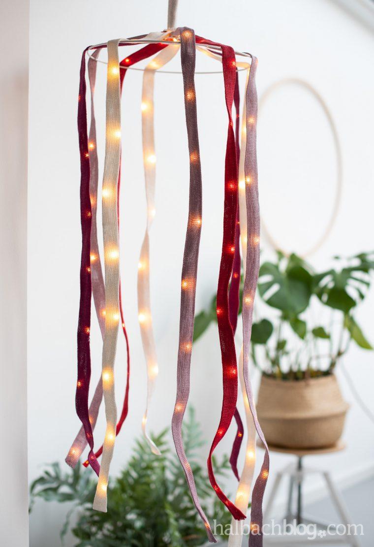 Halbachblog I Anleitung: DIY Lampe aus Papier-Strickschlauch und LED-MIcorlichterkette