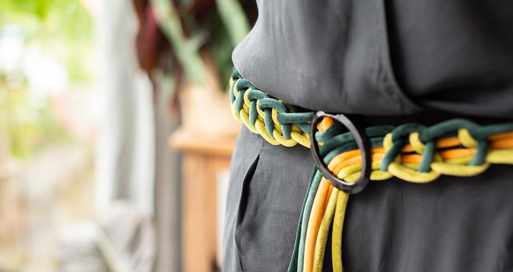 Weiche Schlingen: geflochtener Gürtel aus Samtschnur