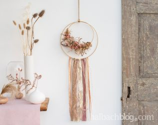 Natürlich chic: Dekoring mit Bändern und Blüten