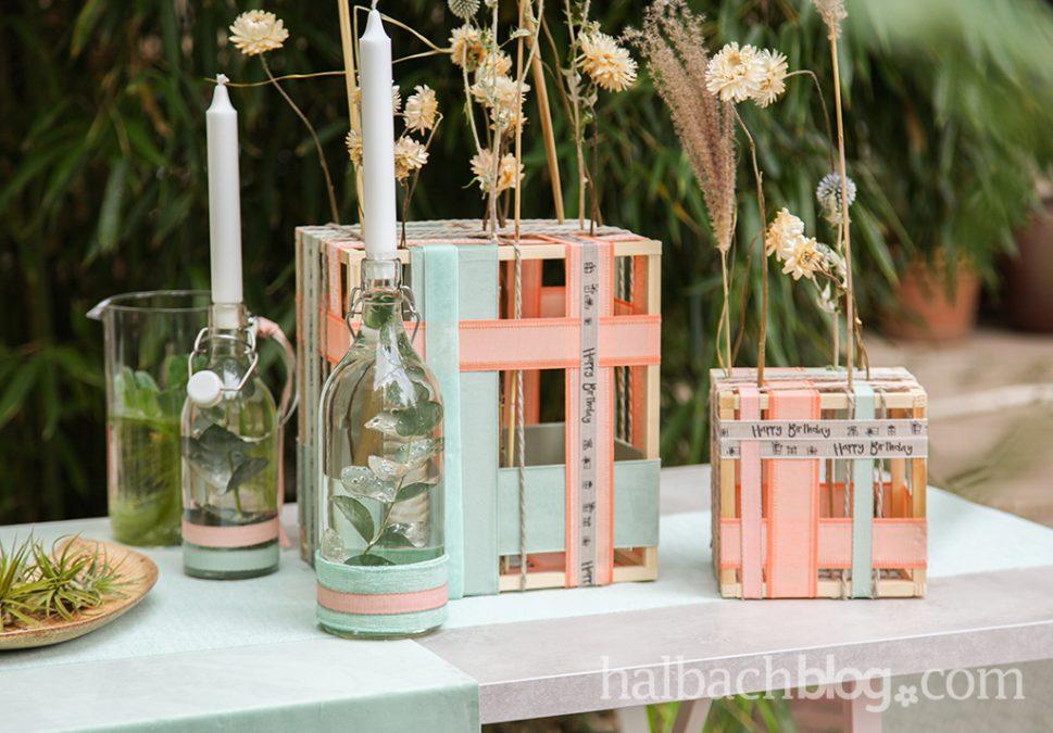 Umspannt: Bänder-Rahmen und Flaschendeko